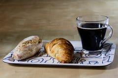Caffè e prima colazione caldi freschi sul vassoio Tabella di legno Immagine Stock