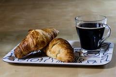 Caffè e prima colazione caldi freschi sul vassoio Tabella di legno Fotografia Stock
