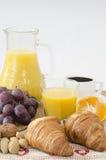 Caffè e prima colazione su una tavola Immagini Stock Libere da Diritti