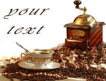 Caffè e smerigliatrice di caffè fragranti freschi immagini stock libere da diritti