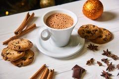 Caffè e spuntini sulla tavola sulla tavola del nuovo anno Fotografie Stock