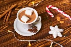 Caffè e spuntini sulla tavola sulla tavola del nuovo anno Immagini Stock Libere da Diritti