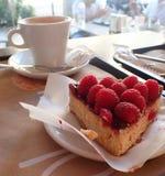 Caffè e torta saporita della bacca immagine stock libera da diritti