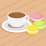 Caffè e tre maccheroni colorati differenti sulla tavola Fotografia Stock