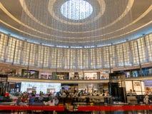 Caffè e viale di modo nel centro commerciale del Dubai Immagine Stock