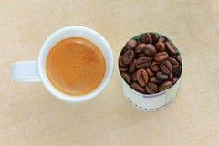 Caffè espresso accanto ai chicchi di caffè Fotografia Stock Libera da Diritti