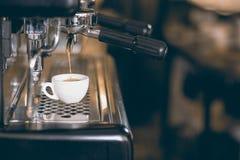 Caffè espresso bianco del caffè della tazza Macchina di caffè espresso che produce caffè, caffè espresso dorato Fotografia Stock Libera da Diritti