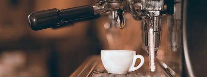 Caffè espresso bianco del caffè della tazza Macchina di caffè espresso che produce caffè, caffè espresso dorato Fotografie Stock Libere da Diritti