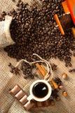 Caffè espresso caldo in chicchi e cannella di caffè aromatizzati fotografie stock