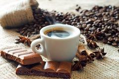 Caffè espresso caldo con il cioccolato della cannella e la cannella fotografia stock
