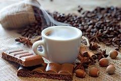 Caffè espresso caldo con il cioccolato della cannella e la cannella fotografia stock libera da diritti
