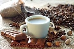 Caffè espresso caldo con il cioccolato della cannella e la cannella immagine stock