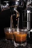 Caffè espresso che è disegnato da una macchina di caffè espresso fotografie stock