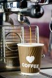 Caffè espresso che versa dalla macchina del caffè Brewin professionale del caffè immagini stock libere da diritti