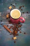 Caffè espresso, chicchi di caffè e spezie su fondo d'annata Fotografia Stock