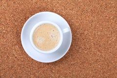Caffè espresso con latte sulla tabella del sughero Immagini Stock Libere da Diritti