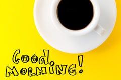 Caffè espresso del caffè in piccola tazza ceramica bianca sul BAC vibrante giallo Fotografie Stock