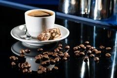 Caffè espresso della tazza di caffè alla barra con i chicchi di caffè immagine stock libera da diritti