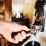 Caffè espresso di fabbricazione a macchina del mulino di caffè Fotografia Stock
