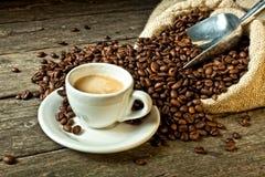 Caffè espresso e chicco di caffè fotografie stock