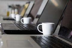 Caffè espresso e computer portatili Fotografie Stock Libere da Diritti