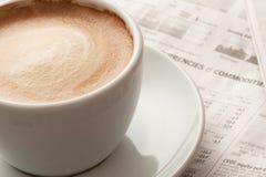 Caffè espresso e documento di notizie Fotografia Stock Libera da Diritti