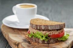 Caffè espresso e panino con il tonno per la prima colazione o immagini stock libere da diritti