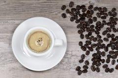 Caffè espresso fresco con fondo vago da sopra Fotografie Stock Libere da Diritti