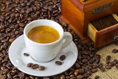 Caffè espresso fresco con la smerigliatrice di caffè manuale di legno Fotografia Stock Libera da Diritti