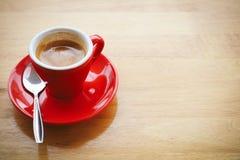 Caffè espresso rosso della tazza sulla tavola di legno per copyspace Tono d'annata Fuoco selettivo Fotografie Stock Libere da Diritti
