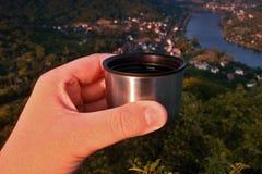 Caffè espresso sorseggiante dal termos sopra la valle del fiume europeo Elba quando viewes dall'allerta di kamen di Mlynaruv in m Immagini Stock