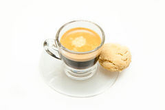Caffè espresso sparato + biscotto fotografie stock libere da diritti
