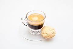 Caffè espresso sparato + biscotto fotografia stock