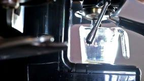 Caffè espresso sparato dalla macchinetta del caffè stock footage
