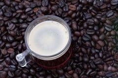 Caffè espresso un colpo e chicchi di caffè Immagini Stock