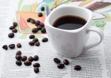 Caffè espresso una tazza sulla carta di NOTIZIE Immagini Stock Libere da Diritti