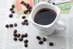 Caffè espresso una tazza sulla carta di NOTIZIE Immagine Stock