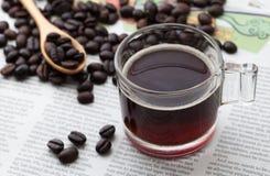 Caffè espresso una tazza sulla carta di NOTIZIE Fotografie Stock
