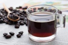 Caffè espresso una tazza sulla carta di NOTIZIE Fotografie Stock Libere da Diritti