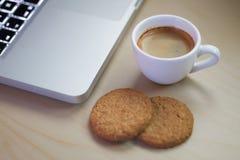 Caffè espresso vicino al taccuino Fotografia Stock