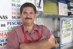 Caffè esterno diritto del proprietario maschio fotografia stock libera da diritti