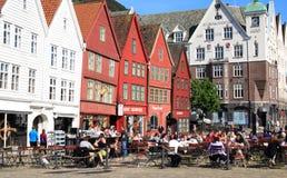 Caffè esterno su Bryggen a Bergen, Norvegia fotografia stock libera da diritti