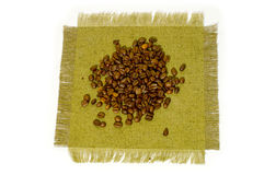 Caffè-fagioli su tela di canapa. Fotografie Stock