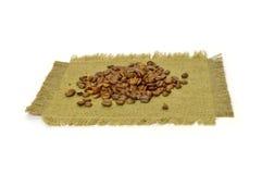 Caffè-fagioli su tela di canapa. Immagine Stock