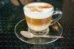 Caffè fatto fresco del cappuccino in una tazza di vetro. Immagine Stock
