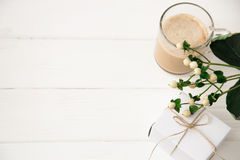 Caffè festivo di mattina e un regalo per una donna con un fiore Disposizione del fondo con lo spazio del testo La cima piana dell Fotografia Stock