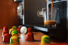 Caffè fragrante di mattina con le capsule immagini stock libere da diritti