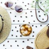 Caffè freddo fra gli accessori di estate Immagine Stock
