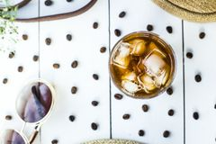 Caffè freddo fra gli accessori di estate Fotografia Stock Libera da Diritti