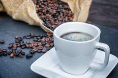 Caffè fresco dai chicchi di caffè arrostiti immagine stock